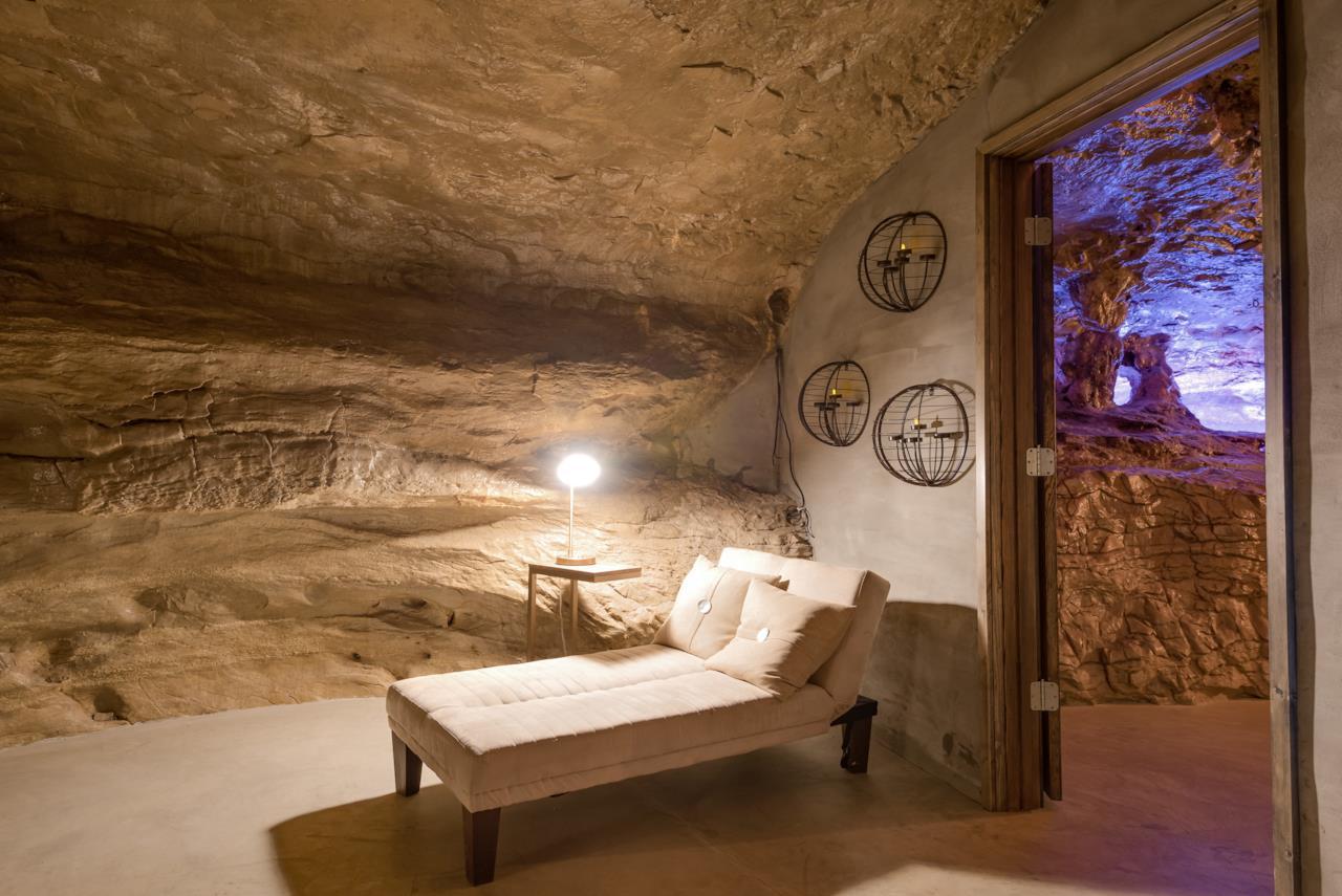 L'interno della Beckam Creek Cace Lodge: angolo della sala relax con l'accesso al cortile esterno