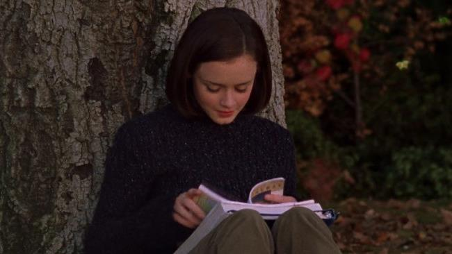 Rory legge con la schiena contro l'albero