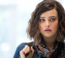 Katherine Langford, la giovane attrice in una scena della serie Netflix Tredici
