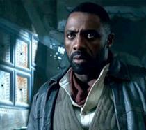 Idris Elba nel ruolo di Roland Deschain