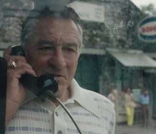 Robert De Niro in una cabina telefonica in una scena di The Irishman di Martin Scorsese