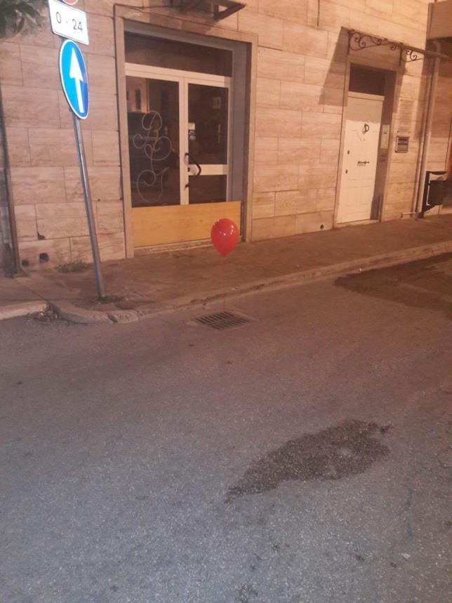 Giulianova, palloncini rossi di Pennywise avvistati in città