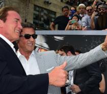 Arnold Schwarzenegger e Sylvester Stallone sorridenti durante un evento