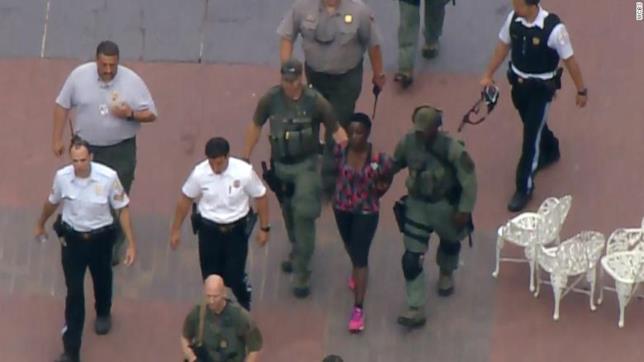 Liberty Island: la donna che si è arrampicata sulla base della Statua della Libertà è stata arrestata