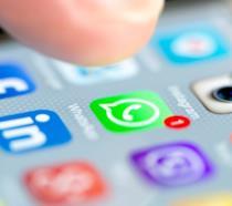 Un dito sul display sta per schiacciare l'icona di WhatdsApp