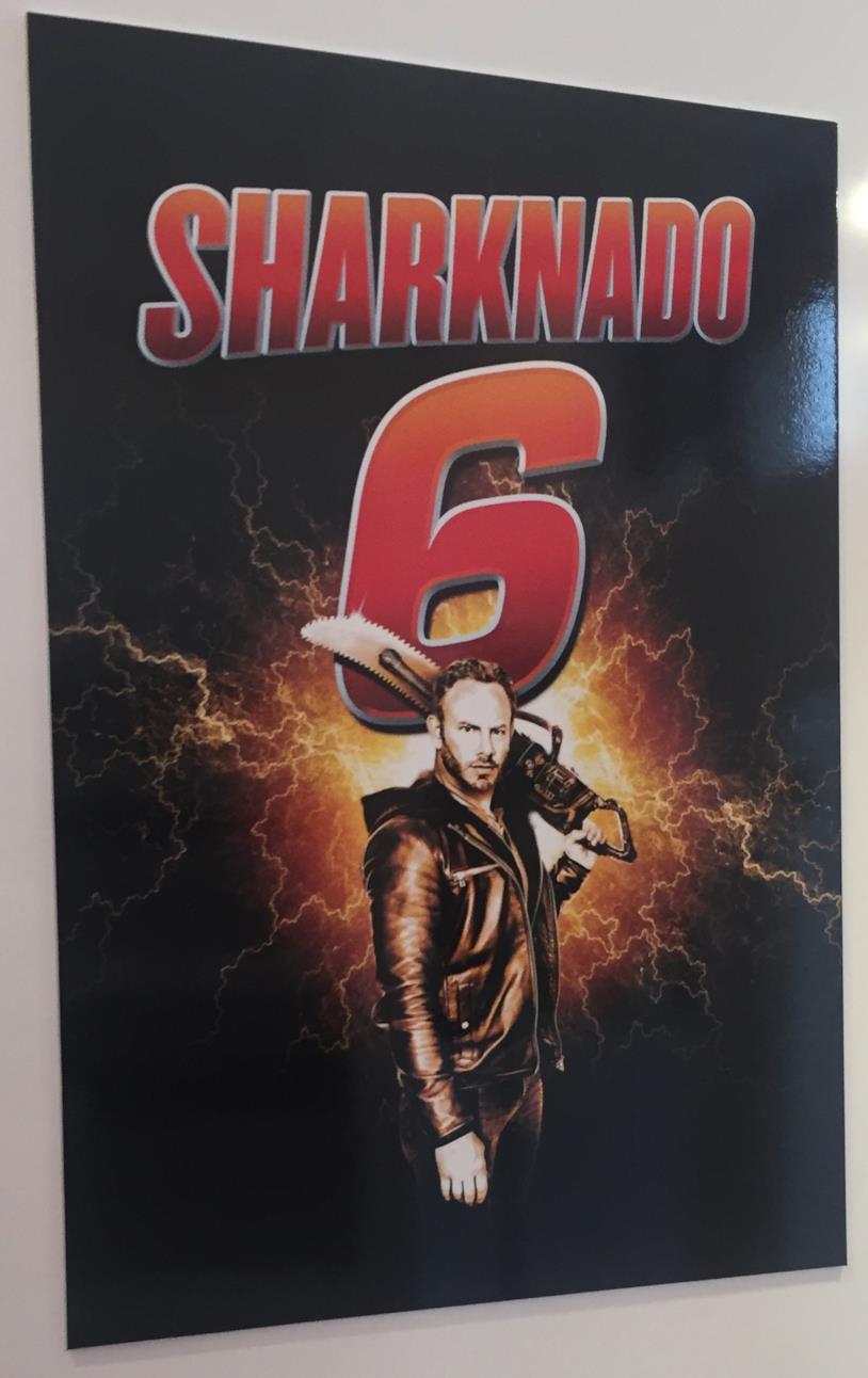 Fin con motosega nel primo poster di Sharknado 6