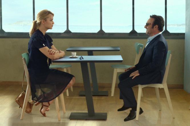 Diane (Virginie Efira) incontra Alexandre (Jean Dujardin) per il primo appuntamento
