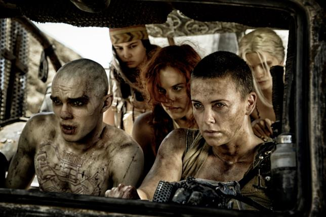 Charlize Theron e Nicolas Hoult in Mad Max