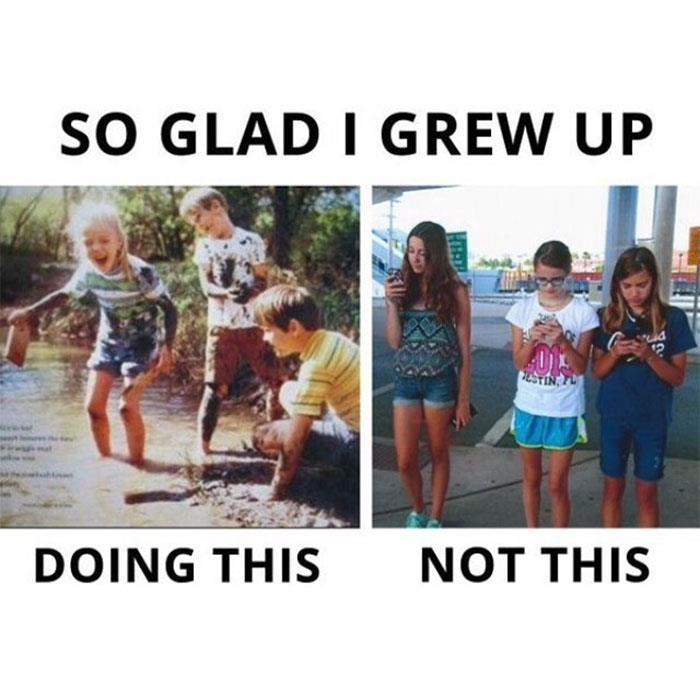 Bambini che giocano all'aria aperta e bambini con lo smartphone