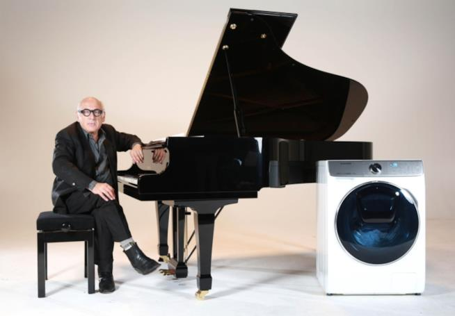 Michael Nyman al pianoforte nella locandina del film Washing Machine – The Movie