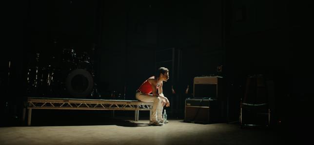 Freddie Mercury in una scena del film