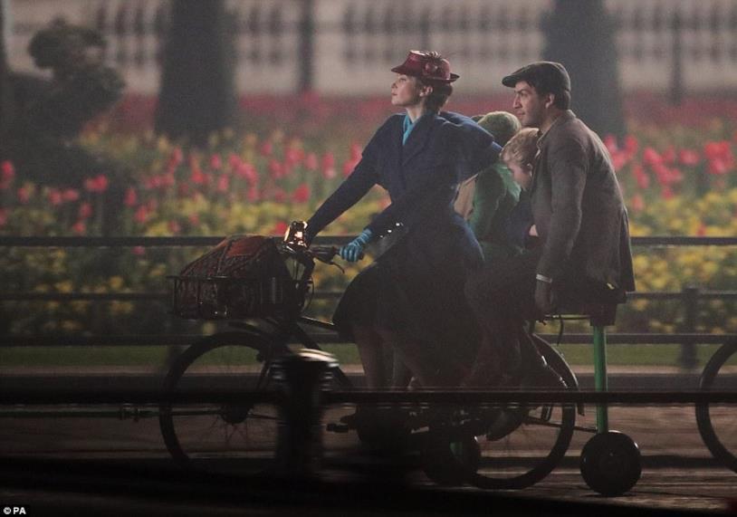 Mary Poppins, il lampionaio Jack e i piccoli Banks