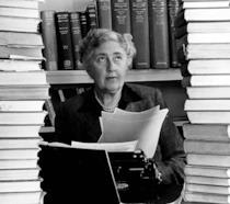 Agatha Christie tra due pile di libri