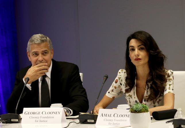 Amal e George Clooney durante una conferenza stampa