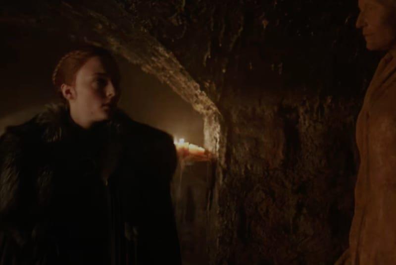 Sansa Stark guarda la statua della madre Catelyn Stark