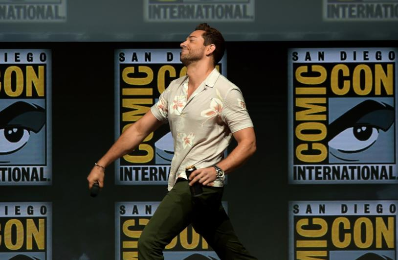 Zachary Levi mentre cammina sul palco del New York ComicCon 2018