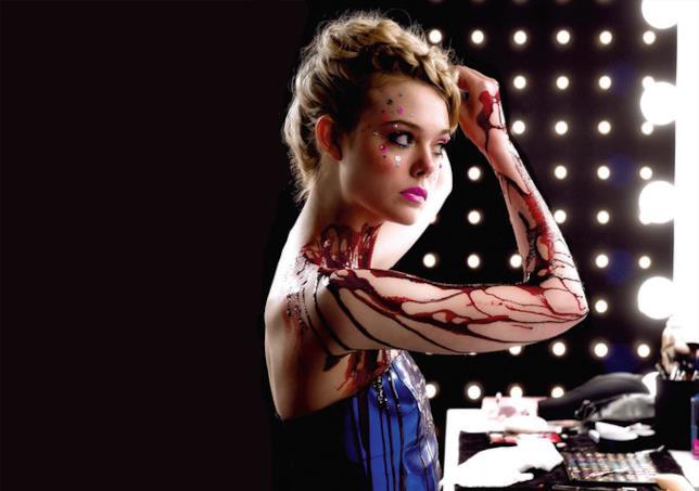 L'attrice durante una scena di Neon Demon