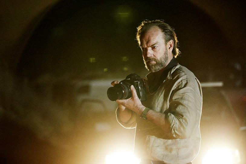 Hugo Weaving in versione fotografo in una scena del film