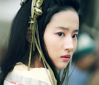 Liu Yifei di profilo con aria turbata