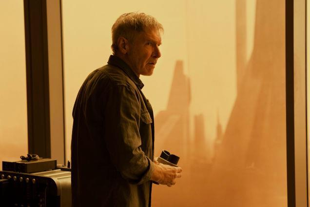 Deckard scruta dal suo nascondiglio