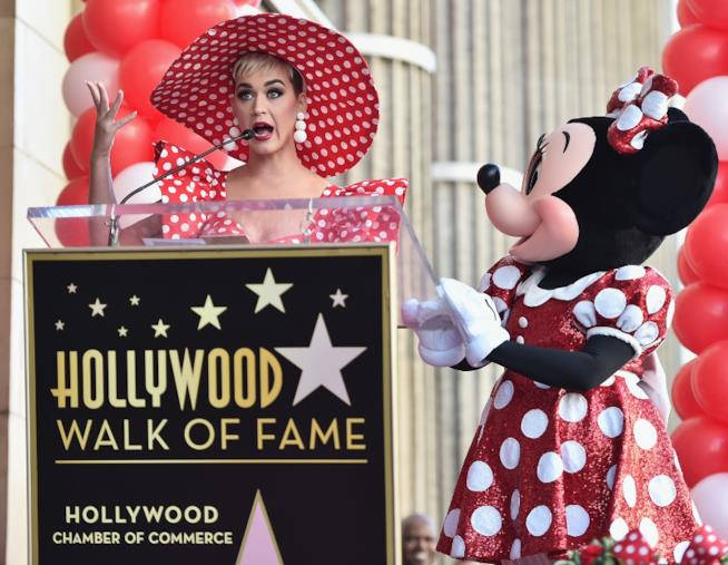 Katy Perry e Minnie Mouse sulla Walk of Fame di Hollywood