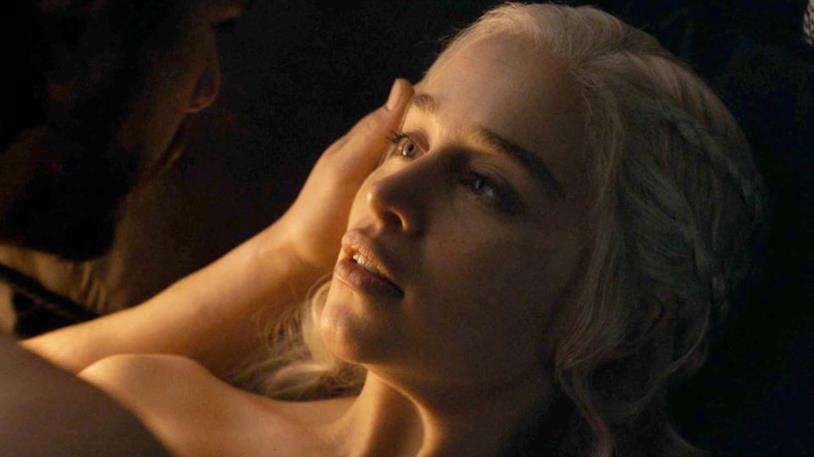 Emilia Clarke durante la scena di sesso con Kit Harington