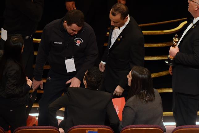 Un paramedico soccorre Rami Malek agli Oscar 2019