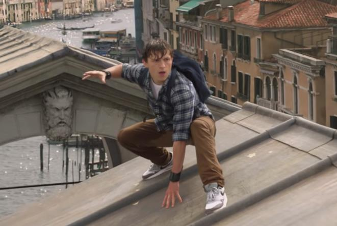 Peter Parker (Tom Holland) in una scena del primo trailer di Spider-Man: Far From Home
