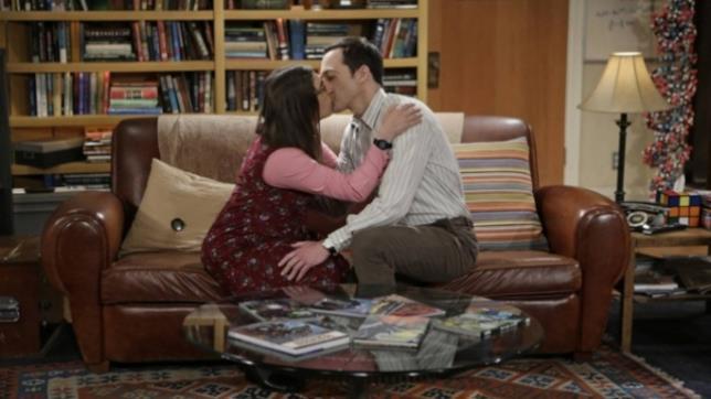 Sheldon (Jim Parsons) e Amy (Mayim Bialik) si baciano in una scena di The Big Bang Theory