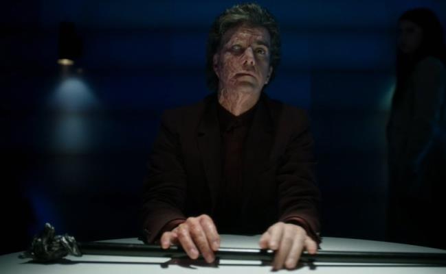 Hamish Linklater è Clark, l'interrogatore della Divisione Tre