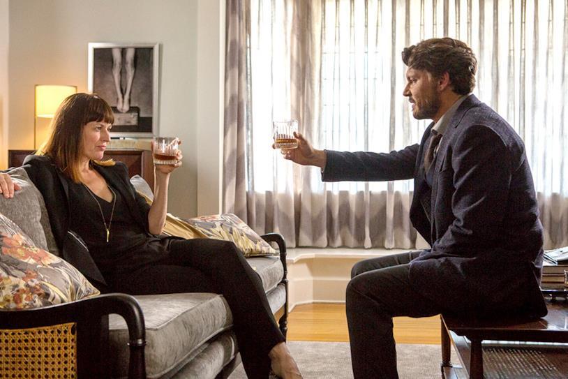 Johnny Depp brinda con Rosemarie DeWitt in una scena di The Professor