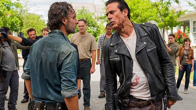 Rick (Andrew Lincoln) e Negan (Jeffrey Dean Morgan) nel finale di mid-season della stagione 7