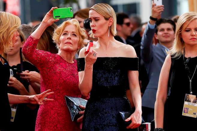 Holland Taylor e Sarah Paulson si mettono in posa per un selfie insieme