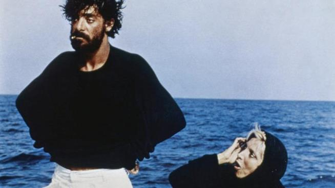 Giancarlo Giannini e Mariangela Melato in una scena di Travolti da un insolito destino nell'azzurro mare d'agosto