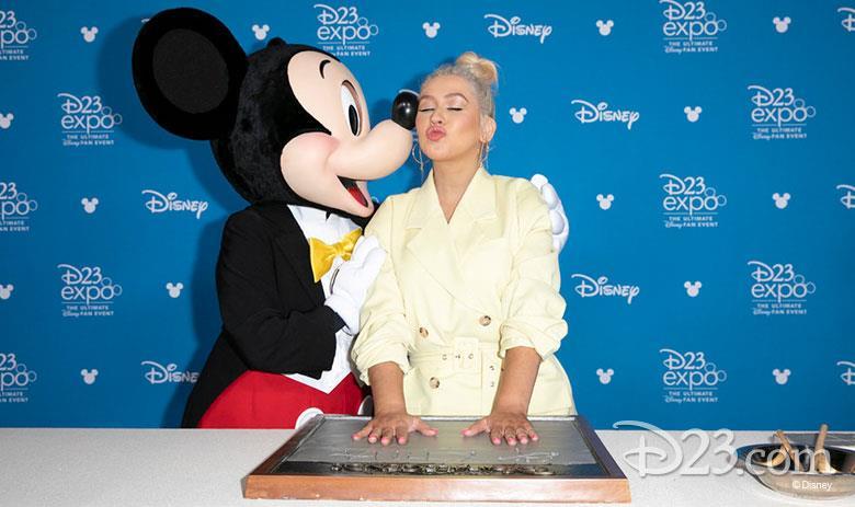 La popstar Christina Aguilera con Topolino