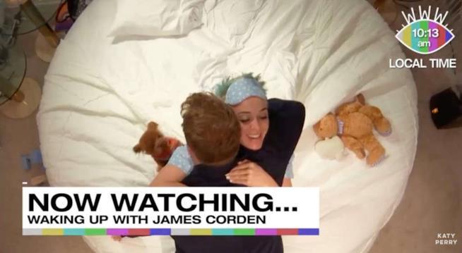 Katy Perry e James Corden che si abbracciano