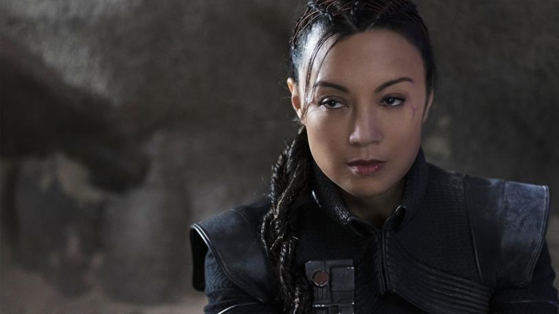 Ming-Na Wen con i capelli raccolti in una treccia, una cicatrice sull'occhio sinistro e uno sguardo penetrante è Fennec Shand in The Mandalorian