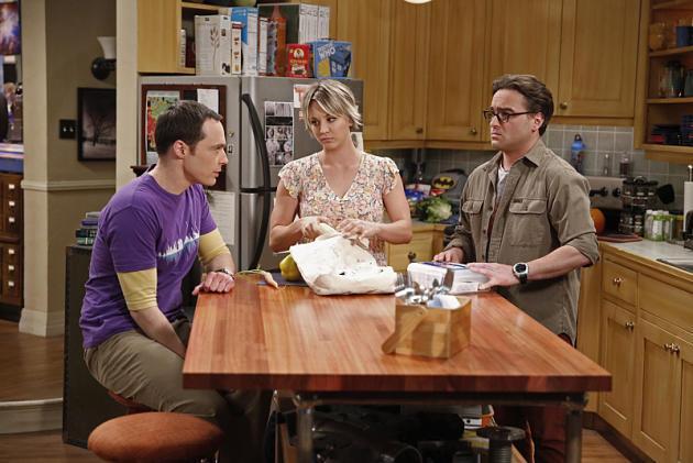 Penny in cucina tra Leonard e Sheldon