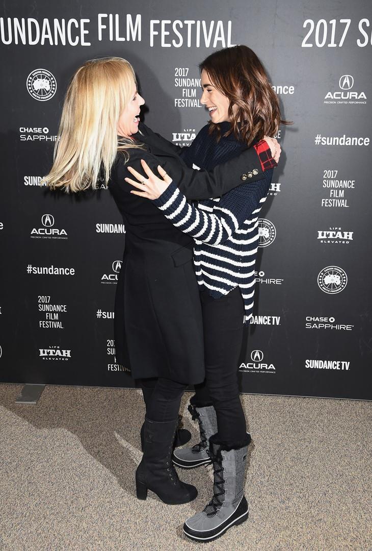 Lily Collins abbracciata alla regista Marti Noxon