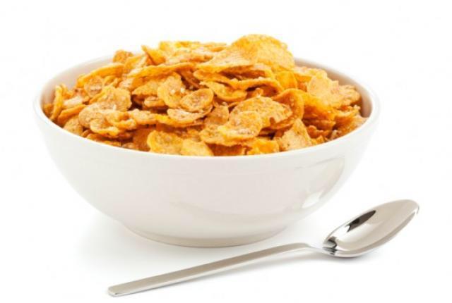 Cereali di Corn Flakes contenuti in una ciotola bianca