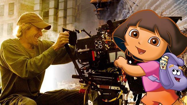 Michael Bay dietro la telecamera e Dora davanti sorridente a cartone animato