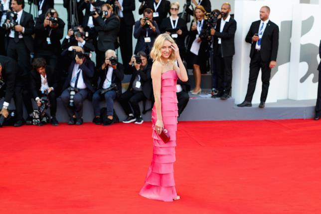 Naomi Watts sul red carpet in Armani Privé