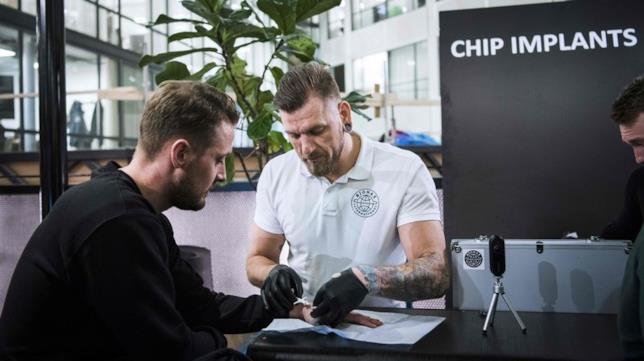 Jowan Osterlund, ex body piercer professionista,impianta il chip nella mano di un cliente