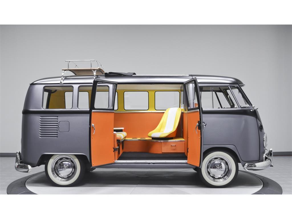 Vista laterale del Volkswagen di Ritorno al Futuro