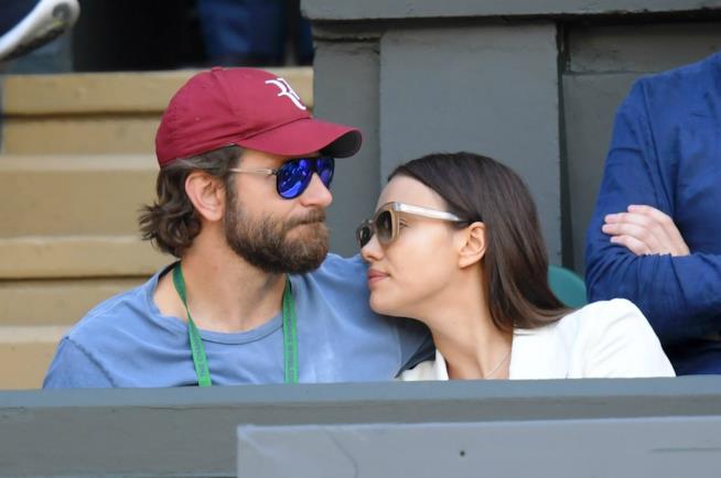 Irina Shayk e Bradley Cooper abbracciati