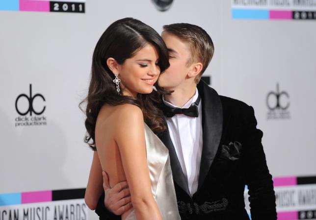 Primo piano di Selena Gomez e Justin Bieber abbracciati