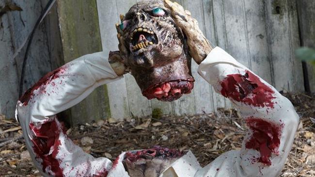 Testa di zombie che fuoriesce dal terreno