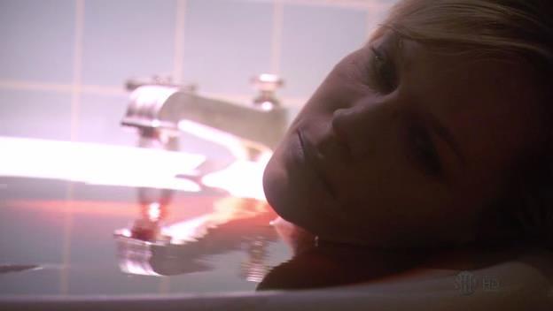 Nel season finale della stagione 4 Dexter trova sua moglie Rita morta