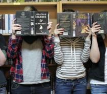 Ragazzi che leggono libri