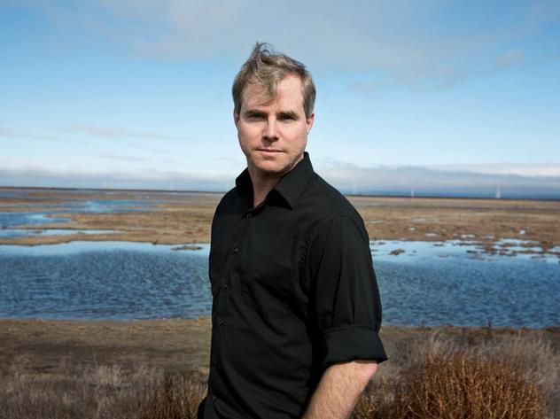 Andy Weir in un paesaggio naturale